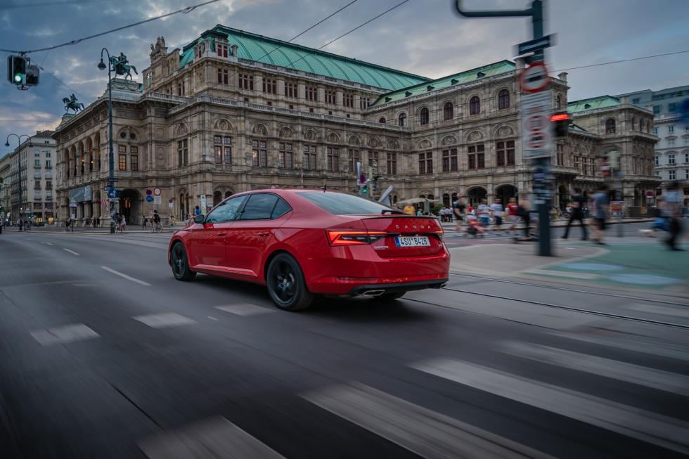 201909-skoda-superb-hatchback-21.jpg